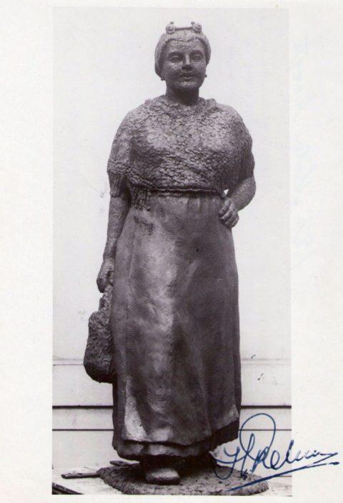 Vissersvrouw, brons, 1947, Nutsspaarbank Den Haag, 100 cm
